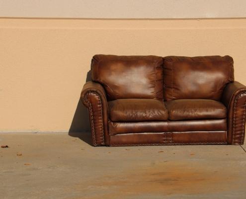 Odpad gabarytowy - Sofa wystawiona na ulicy do obioru przez MZO